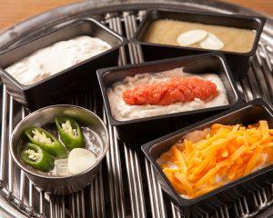赤坂の焼肉店で新鮮野菜をディップで味わう